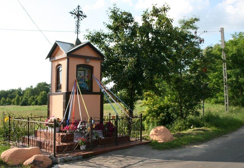 Przy drodze do Pęclina znajduje się kapliczka murowana, z figurą Matki Bożej;  foto: A. Sękowska