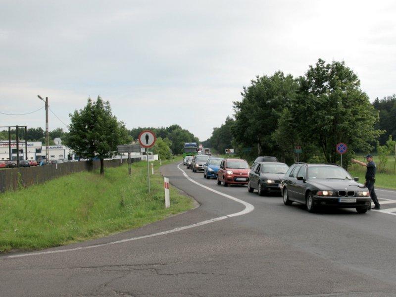 Wiązowna, godz. 17:30, policjanci kierują ruch na DW721, foto: RS