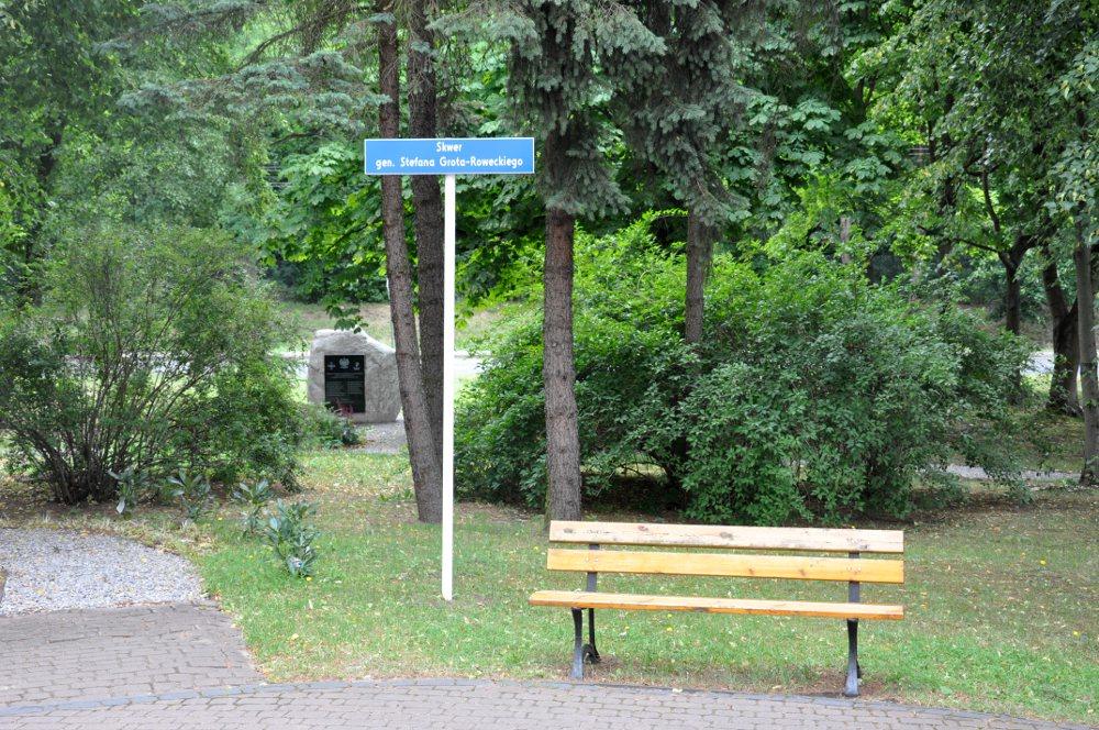 Skwer gen. St. Grota-Roweckiego, foto: wiazowna.info.pl