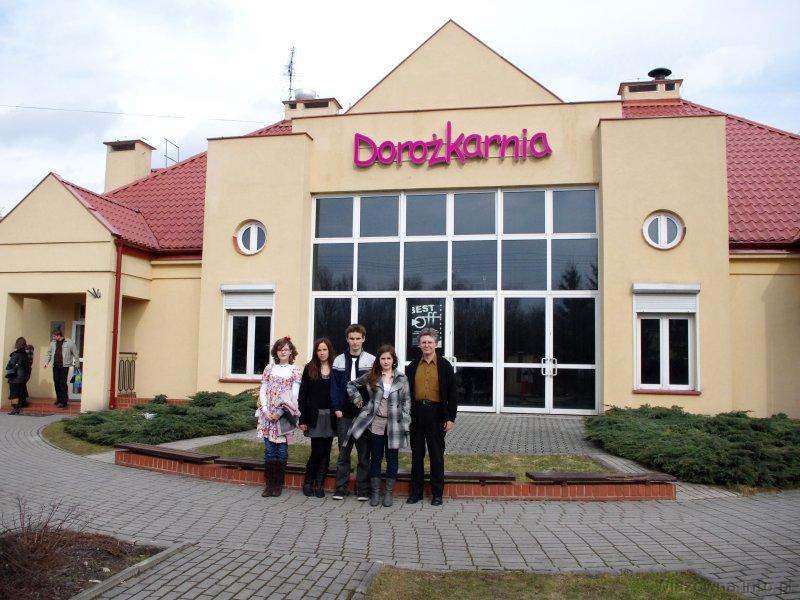 Przed budynkiem Dorożkarni w Warszawie; Klaudia, Nicola, Paweł, Iza oraz Roman Sadowski, instruktor GOku