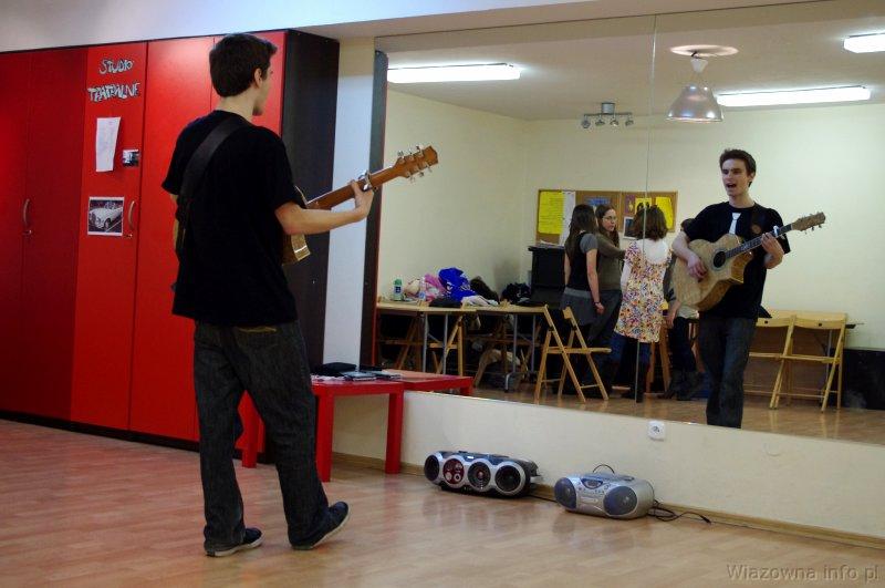 Paweł przygotowuje się do występu