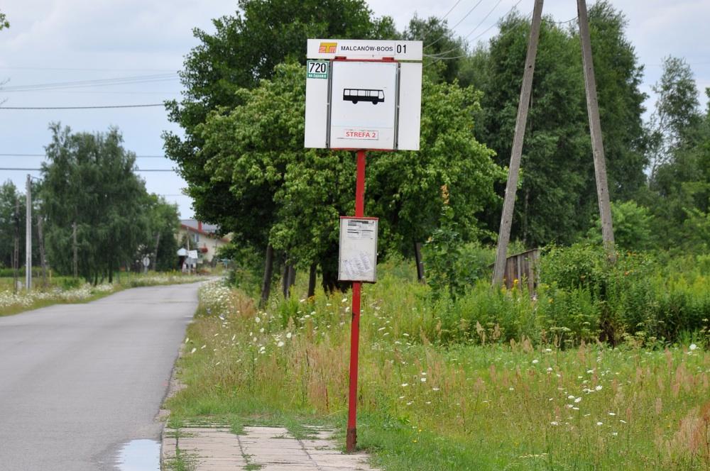 Przystanek autobusowy na przeciwko szkoły, przy drodze powiatowej 2709 W, lipiec 2015, foto: BF