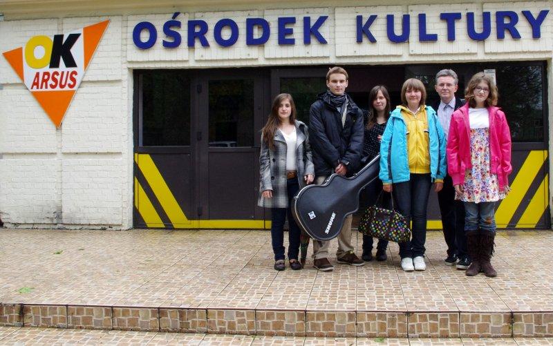 Od lewej Iza, Paweł, Nicola, Wiktoria, instr. Roman Sadowski, Klaudia  przed Domem Kultury Arsus