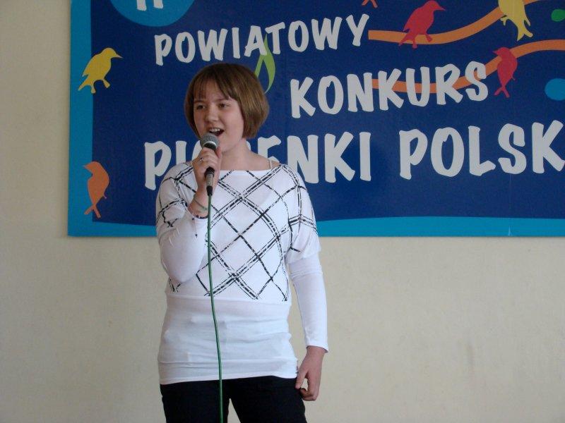 Wiktoria Lech uczestniczka etapu finałowego podczas ubiegłorocznego II Powiatowego Konkursu Piosenki organizowanego przez GOK w Wiązownie