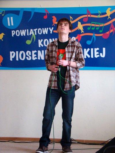 Paweł Izdebski podczas ubiegłorocznego II Powiatowego Konkursu Piosenki organizowanego przez GOK w Wiązownie