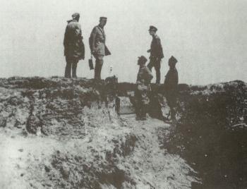 Oficerowie alianccy obserwują przebieg polskiej kontrofensywy na Przedmościu w tle schron obserwacyjny w piaszczystej skarpie. Sierpień 1920
