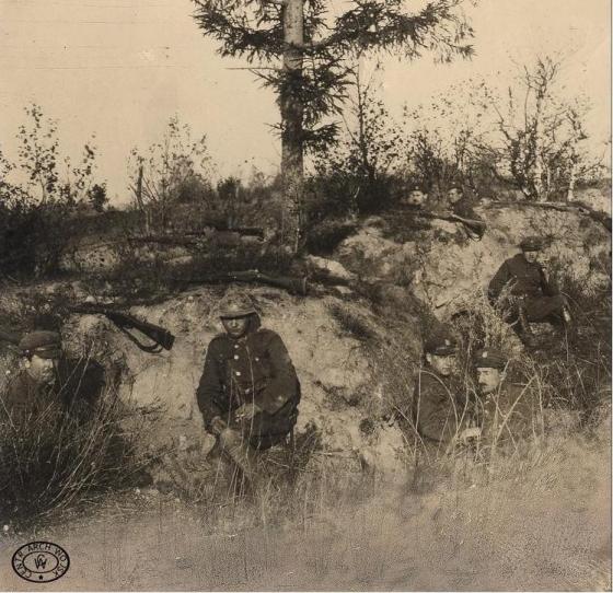 Nieoszalowane polskie okopy na Przedmościu sierpień 1920. Źródło CAW