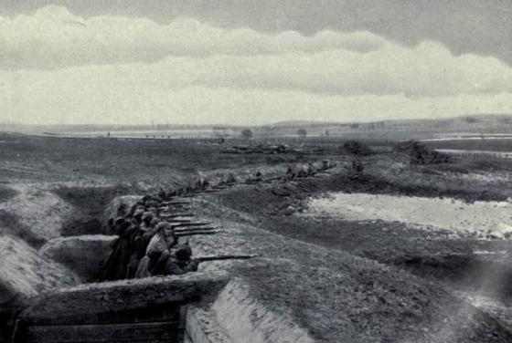Fotografia niemieckiego rowu strzeleckiego z poprzecznicami okres I wojny światowej. Zbiory BundesArchiv.