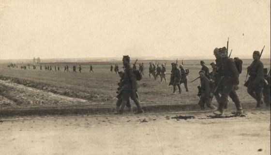 Żołnierze 15DP w kontrataku pod Wiązowną 17.08.1920. Źródło CAW