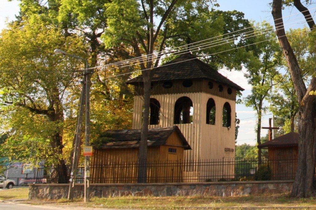 Dzwonnica i widoczna drewniana przybudówka, foto: RS