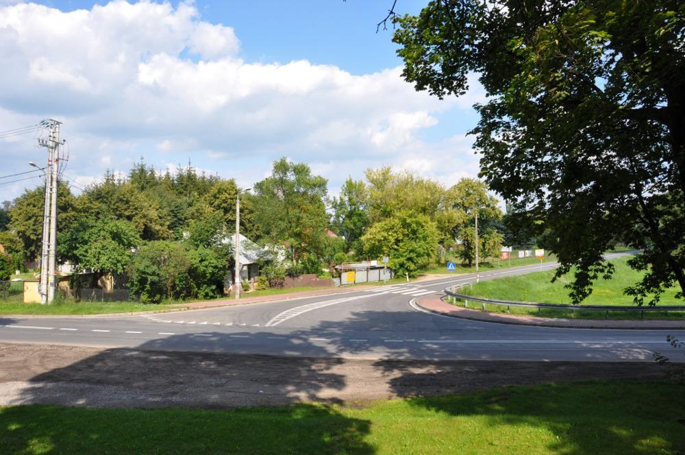 Widok z kopca, na wprost ul. Boryszewska (DW 721) prowadząca do Brzezin. Na lewo budynek kuźni.