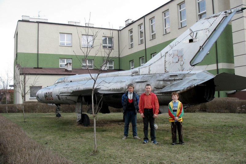 Przed szkołą w Gliniance. 10.04.2006, foto: RS